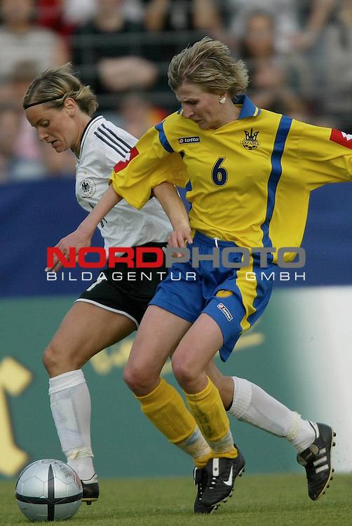 EM Qualifikation 2005 - Frauen Nationalmannschaft<br /> <br /> Deutschland vs. Ukraine 6:0<br /> <br /> Martina Mueller (links) von Deutschland im Zweikampf mit <br /> <br /> Lyudmyla Pekur (rechts) von der Ukraine.<br /> <br /> Foto &copy; nordphoto - Ruediger Lampe<br /> <br /> <br /> <br /> <br /> <br /> <br /> <br />  *** Local Caption *** Foto ist honorarpflichtig! zzgl. gesetzl. MwSt.<br /> <br />  Belegexemplar erforderlich<br /> <br /> Adresse: nordphoto<br /> <br /> Georg-Reinke-Strasse 1<br /> <br /> 49377 Vechta