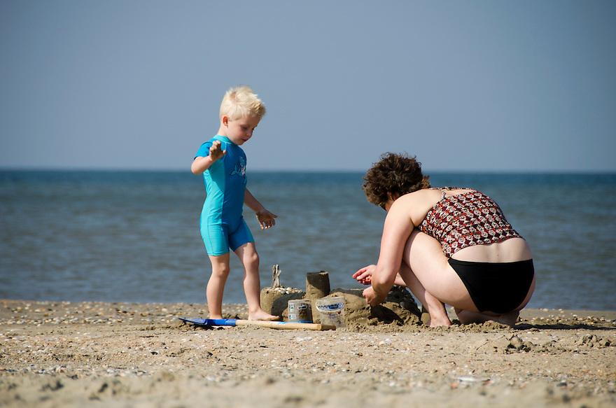 Nederland, Beverwijk, 4 sept 2014<br /> Zandkastelen bouwen met kinderen op het strand van Beverwijk. De vloed zal ze wegspoelen<br /> <br /> Foto: (c) Michiel Wijnbergh