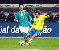Philippe Coutinho (Brasilien Brasilia) zieht ab, dahinter Ilkay Guendogan (Deutschland, Germany) - 27.03.2018: Deutschland vs. Brasilien, Olympiastadion Berlin