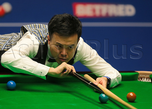 30.04.2016. The Crucible, Sheffield, England. World Snooker Championship. Semi Final, Mark Selby versus Marco Fu. Marco Fu takes a shot with the rest