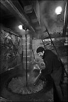 Europe/France/Aquitaine/24/Dordogne/Grand-Brassac: Moulin de Rochereuil  utilisé pour la fabrication de l'huile de noix - Après que les cerneaux de noix aient été broyés, ils sont chauffés dans une grande poële en fonte [Autorisation : 2011-111]