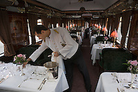 Europe/République Tchèque/Prague:A bord de  la voiture restaurant l'Orient-Express Train de Luxe qui assure la liaison Calais,Paris , Prague,Venise - le personnel dresse les tables pour le dinner
