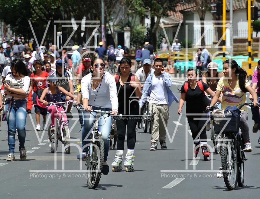 BOGOTÁ - COLOMBIA: Gente en la Ciclovía en Bogotá en el centro de la ciudad./ People on the Bike path in Bogota downtown. Photo: VizzorImage / Str