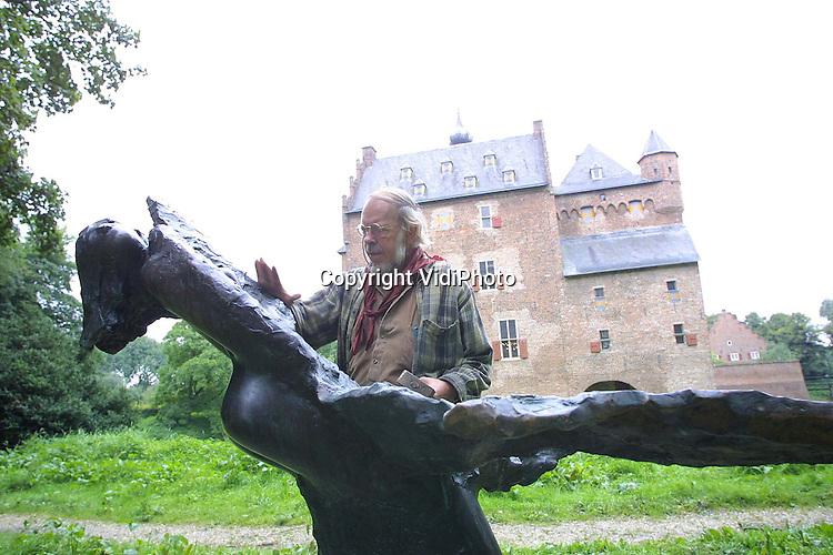 """Foto: VidiPhoto..DOORWERTH - De internationaal bekende beeldend kunstenaar Jits Bakker polijst """"Leda en de zwaan"""", een voorstelling uit de Griekse mythologie. Het bronzen beeld is een van de drie kunstwerken van Bakker, die door door het Veluwezoommuseum in kasteel Doorwerth zijn aangeschaft. Met de aanschaf en de plaatsing van de beelden bij het kasteel, wil het museum de in Renkum (vlak bij Doorwerth) geboren kunstenaar een eerbetoon brengen."""
