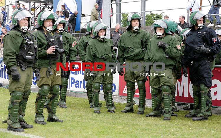 RLN 2006/2007 - 33.Spieltag R&uuml;ckrunde <br /> Kickers Emden - 1. FC Magdeburg 4:2<br /> Polizeiaufgebot<br /> <br /> Foto &copy; nordphoto *** Local Caption *** Foto ist honorarpflichtig! zzgl. gesetzl. MwSt.<br /> <br /> Belegexemplar erforderlich