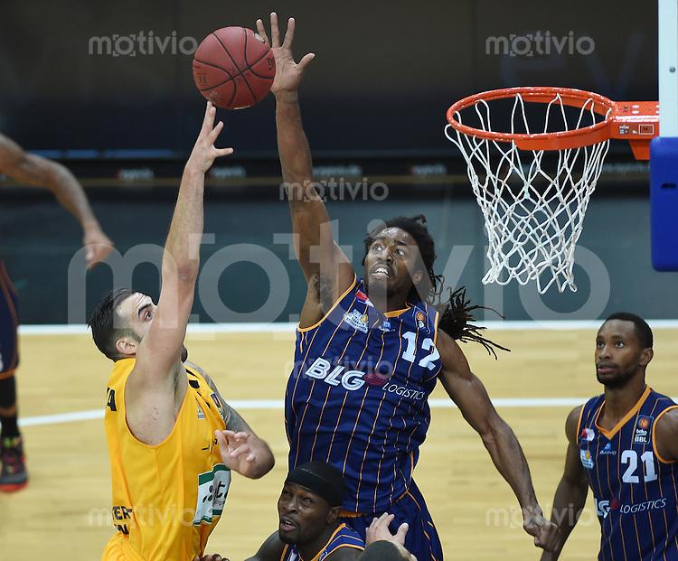 Basketball  1. Bundesliga  2015/2016  Hauptrunde  3. Spieltag  10.10.2015 Walter Tigers Tuebingen - Eisbaeren Bremerhaven Raymond Sykes (Mitte, Bremerhaven) gegen Mahir Agva (li, Tigers)