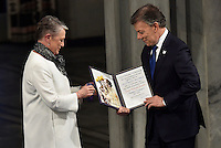 OSLO -NORUEGA-10-12-2016  Juan Manuel Santos, presidente de Colombia, recibe el Premio Nobel de Paz 2016 de manos de la representante del Comité Noruego del Nobel, en un hecho histórico para Colombia./ Juan Manuel Santos, president of Colombia, receives the Nobel Peace Prize 2016 from the representative of the Norwegian Nobel Committee, in a historic event for Colombia../ Photo: VizzorImage / Cesar Carrion / SIG