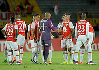 BOGOTA- COLOMBIA – 15-03-2016: Los jugadores de Independiente Santa Fe de Colombia, al final del primer tiempo del partido entre por la segunda fase de la Copa Bridgestone Libertadores en el estadio Nemesio Camacho El Campin, de la ciudad de Bogota. / The players of Independiente Santa Fe of Colombia, at then of the first time of a match for the second phase, of the Copa Bridgestone Libertadores in the Nemesio Camacho El Campin in Bogota city. VizzorImage / Luis Ramirez / Staff.