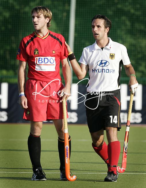 NLD-20050830-Leipzig-EK HOCKEY : Duitsland-Belgie. De Duitser Tibor Weissenborn (r), die komend seizoen voor hoofdklasser Bloemendaal zal spelen, met de Belg Gilles Petre, die voor Den Bosch uitkomt.
