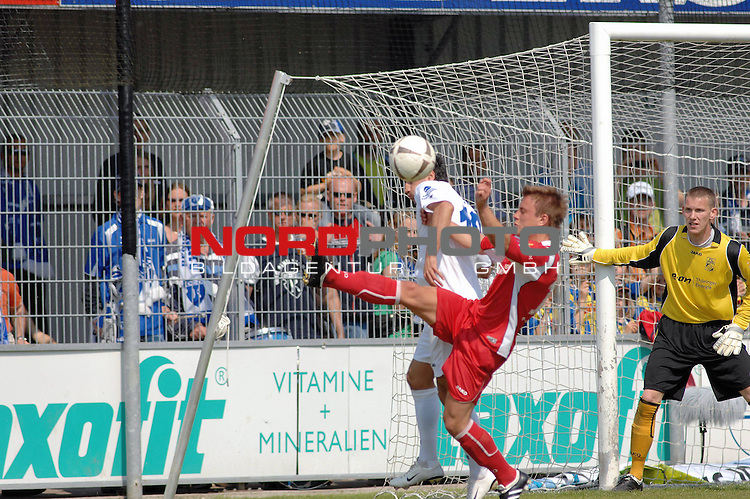 3. FBL 2008/2009 33. Spieltag RŁckrunde <br /> BSV Kickers Emden vs. FC Rot-WeiŖ Erfurt, <br /> <br /> Fabian Stenzel (Erfurt #14) gegen Alban Ramaj (Emden 10), rechts Michael Hinz (Torwart Erfurt), <br /> <br /> Foto &copy; nph (nordphoto)