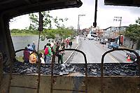 SAO PAULO, SP - 21.10.2014 - ONIBUS INCENDIADO ZONA SUL - Usuários de coletivos observam moradores do Jd São Luis são vistos desmontando peças do rescaldo de ônibus incendiado na manhã desta teraça-feira (21). A linha 647-P (Terminal Pinheiros- Cohab Adventista), foi vítima do vandalismo na R. Antônio Ramos Rosa na noite de segunda-feira (20),  Polícia militar não tem informações sobre o motivo da ação.  <br /> <br /> (Foto: Fabricio Bomjardim / Brazil Photo Press)
