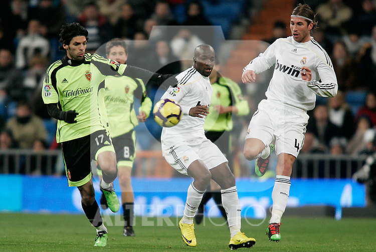 Real Madrid's Sergio Ramos and Lass Diarra against Zaragoza's Angel Lafita during La Liga match, December 19, 2009. (ALTERPHOTOS/Alvaro Hernandez).