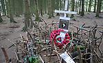VidiPhoto<br /> <br /> FOY &ndash; Nederlandse &lsquo;schatgravers&rsquo; vrijdag op zoek naar kogels en granaatscherven op misschien wel de meest hero&iuml;sche plek van Europa, het bekende bos bij Foy in de Belgische Ardennen. Op die plek had onder meer de Easy Compagnie van de Amerikaanse 101 Airbornedivisie zich tijdens het Ardennenoffensief van december 1944 ingegraven en wisten daar, flink in de minderheid, de Duitse aanvallen te weerstaan. De contouren van de Duitse granaatinslagen en de gegraven Foxholes (schuttersputjes) zijn er nog zichtbaar en oefenen een enorme aantrekkingskracht uit op souvenirjagers. Omdat over de Easy Compagnie een waarheidsgetrouwe verfilmde documentaire is gemaakt, heeft de aandacht voor dit legeronderdeel excessieve vormen aangenomen. Voor de gesneuvelde militairen van de Easy Compagnie staan bij het bos twee offici&euml;le monumenten en is in het bos zelf door bezoekers spontaan een herdenkingsplek ingericht. In het gebied mag niet gezocht worden naar munitie of andere oorlogsresten. Toch gebeurt dat massaal.