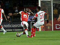 BOGOTA - COLOMBIA - 01-03-2015: Baldomero Perlaza (Izq.) jugador de Independiente Santa Fe disputa el balón con Juan Roa (Der.) jugador de Cortulua, durante partido por la fecha  7 entre Independiente Santa Fe y Cortulua de la Liga Aguila I-2015, en el estadio Nemesio Camacho El Campin de la ciudad de Bogota. / Baldomero Perlaza (L) player of Independiente Santa Fe struggles for the ball with Juan Roa (R) player of Cortulua,  during a match of the 7 date between Independiente Santa Fe and Cortulua for the Liga Aguila I -2015 at the Nemesio Camacho El Campin Stadium in Bogota city, Photo: VizzorImage / Luis Ramirez / Staff.