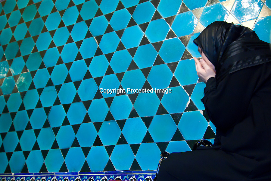 TURQUIA-BURSA.Mujer orando en el interior de la  Mezquita Verde de Bursa.foto JOAQUIN GOMEZ SASTRE©