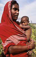 Bangladesh, Chittagong, 10 Februari 1991..Moeder en kind op het platteland...Mother and child in the country side...Photo by Kees Metselaar