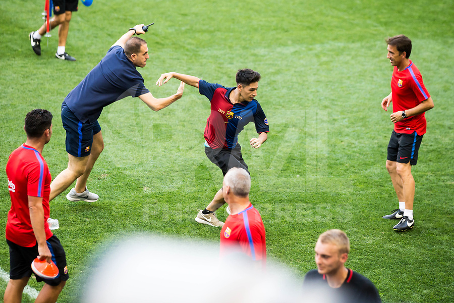 HARRISON, EUA, 21.07.2017 - BARCELONA-JUVENTUS -  Torcedora invade o campo durante treino do Barcelona um dia antes da partida contra a Juventus pela International Champions Cup na Red Bull Arena na cidade de Harrison nos Estados Unidos nesta sexta-feira, 21.(Foto: William Volcov/Brazil Photo Press)