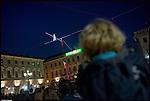 """Lo show del funambolo Andrea Loreni, accompagnato dalle evoluzioni aeree delle Baccanti, ha inaugurato """"Luci d'artista"""" in piazza San Carlo a Torino."""