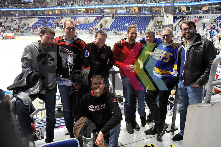 Die Fans des Spieles beim Spiel in der DEL, Adler Mannheim (blau) - EHC Red Bull Muenchen (weiss).<br /> <br /> Foto &copy; PIX-Sportfotos *** Foto ist honorarpflichtig! *** Auf Anfrage in hoeherer Qualitaet/Aufloesung. Belegexemplar erbeten. Veroeffentlichung ausschliesslich fuer journalistisch-publizistische Zwecke. For editorial use only.