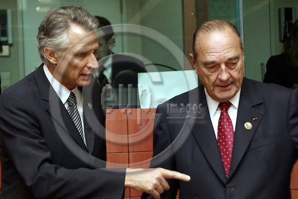 Belgium---Brussels---EU-Summit---italian presidency---Tour de Table/Round Table  17.10.2003.Dominique de VILLEPIN, Foreign Minister of France talking with Jaques CHIRAC,President , France;           .Portrait  ;              ..PHOTO:  / ANNA-MARIA ROMANELLI / EUP-IMAGES