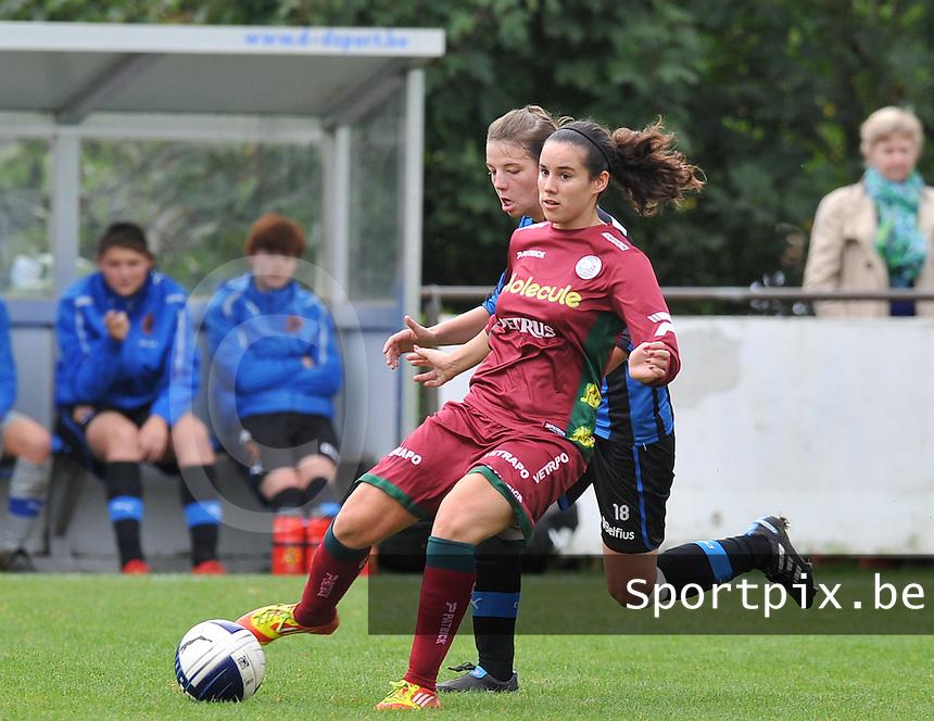 Club Brugge Dames - Dames Zulte Waregem : Pauline Crammer aan de bal voor Nicky Van Den Abbeele .foto DAVID CATRY / Vrouwenteam.be