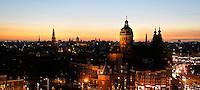 Nederland  Amsterdam 2016 . Amsterdam bij zonsondergang. De Prins Hendrikkade. Rechts de Nicolaaskerk. Foto Berlinda van Dam / Hollandse Hoogte