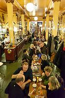Belgium, Province Brabant, Brussels: Busy evening inside the 'A la Mort Subite' cafe | Belgien, Provinz Brabant, Bruessel: Innenansicht des Café A La Mort Subite mit denkmalgeschuetztem Dekor der Belle Époque