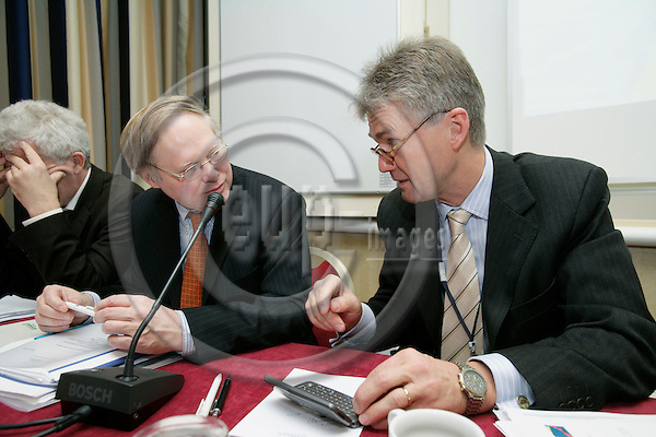 BRUSSELS - BELGIUM - 07 NOVEMBER 2006 -- From left Michael RALPH from the cabinet of commissioner Vladimir SPIDLA, and Jorma KARPPINEN, Director of EUROFOUND, at the presentation of the Fourth European Working Conditions Survey: First results of Working conditions in Europe - what workers say.   PHOTO: ERIK LUNTANG / EUP-IMAGES