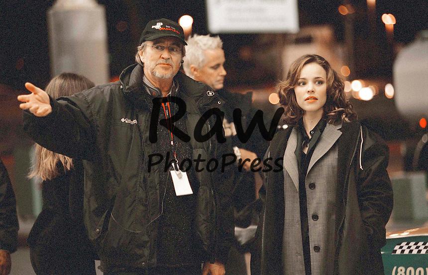 En la imagen, el director Wes Craven.<br /> <br /> Photo Must Be Credited &copy;Alpha Press 070000 (2005)<br /> Wes Craven and Rachel McAdams on the set of movie Red Eye