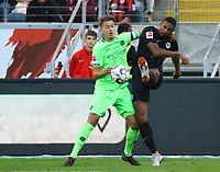 Sebastien Haller (Eintracht Frankfurt) gegen Waldemar Anton (Hannover 96) - 30.09.2018: Eintracht Frankfurt vs. Hannover 96, Commerzbank Arena, DISCLAIMER: DFL regulations prohibit any use of photographs as image sequences and/or quasi-video.