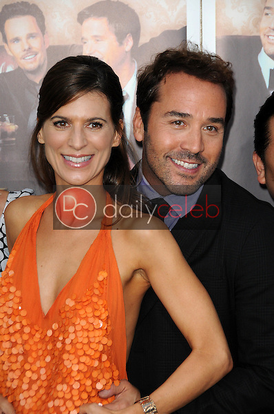 Perrey Reeves and Jeremy Piven<br />at the Los Angeles Premiere of 'Entourage' Season Six. Paramount Theater, Hollywood, CA. 07-09-09<br />Dave Edwards/DailyCeleb.com 818-249-4998