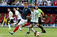 KAZAN - RUSIA, 30-06-2018: Antoine GRIEZMANN (Izq) jugador de Francia disputa el balón con Angel DI MARIA (Der) jugador de Argentina durante partido de octavos de final por la Copa Mundial de la FIFA Rusia 2018 jugado en el estadio Kazan Arena en Kazán, Rusia. / Antoine GRIEZMANN (L) player of France fights the ball with Angel DI MARIA (R) player of Argentina during match of the round of 16 for the FIFA World Cup Russia 2018 played at Kazan Arena stadium in Kazan, Russia. Photo: VizzorImage / Julian Medina / Cont