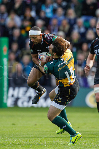 20.10.2013 Northampton, England.  Eli WALKER of Ospreys and Ben FODEN of Northampton Saints compete for a high ball during the Heineken Cup match between Northampton Saints and Ospreys at Franklin's Gardens.  Final score: Northampton Saints 27-16 Ospreys.