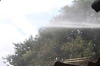 GUARULHOS,SP - 03.02.2014 - INCÊNCIO DE GRANDES PROPORÇÕES / GUARULHOS-SP - Um incêndio de grandes proporções toma a comunidade Hatsuta, na Avenida Monteiro Lbato, altura do numero 3000, na cidade de Gaurulhos, grande são paulo, no fim da tarde desta segunda-feira, 03. Uma vítima com escoriações leves. Oito unidades do Corpo de Bombeiros foram acionadas para o local(Foto: Geovani Velasquez / Brazil Photo Press)