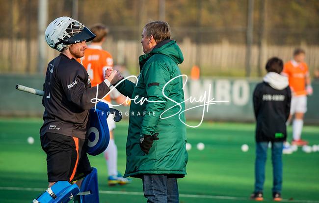 BLOEMENDAAL - keeper Mark Ingram (Rdam) met coach Albert Kees Manenschijn (Rdam) voor de hoofdklasse competitiewedstrijd  heren , Bloemendaal-Rotterdam (1-1) .COPYRIGHT KOEN SUYK