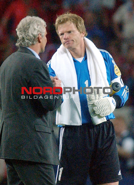 Europameisterschaft 2004 Portugal<br /> <br /> Deutschland - Tschechien<br /> <br /> Trainer Rudi Voeller und Kapitaen Oliver Kahn (Deutschland) nach dem Ausscheiden der Mannschaft im Mittelkreis des Spielfeldes.<br /> <br /> <br /> <br /> Foto &copy; nordphoto