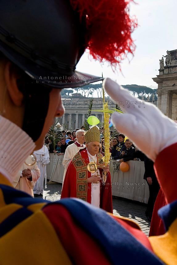 Papa Benedetto XVI in Piazza San Pietro in occasione della Domenica delle Palme
