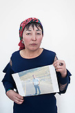 Edil'khan Izbasar shows her brother's picture. He was a Muslim preacher in Kulja, a city in the Chinese border region Xinjiang. Because of his work he is to spend 23 years in a Chinese camp.<br /> <br /> Edil&rsquo;khan Izbasar zeigt das Bild ihres Bruders. Er war muslimischer Prediger in Kulja, einer Stadt in der chinesischen Grenzregion Xinjiang. Aufgrund seiner T&auml;tigkeit soll er nun f&uuml;r 23 Jahre in ein chinesisches Lager.