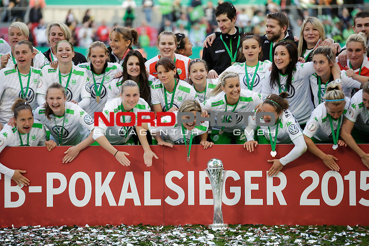 01.05.2015, RheinEnergie-Stadion, K&ouml;ln, GER, DFB Pokalfinale der Frauen im Bild ie Mannschaft des VFL Wolfsburg jubelt mit dem DFB Pokal<br /> <br /> Foto &Acirc;&copy; nordphoto / Rauch