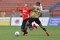 MEDELLÍN - COLOMBIA, 19-08-2018: Leonardo Castro (Izq) jugador del Medellín disputa el balón con Yilton Diaz (Der) de Rionegro Aguilas durante el partido entre Deportivo Independiente Medellín y Rionegro Aguilas por la fecha 5 de la Liga Águila II 2018 jugado en el estadio Atanasio Girardot de la ciudad de Medellín. / Leonardo Castro (L) player of Medellin vies for the ball with Yilton Diaz (R) player of Rionegro Aguilas during match between Deportivo Independiente Medellin and Rionegro Aguilas for the date 5 of the Aguila League II 2018 played at Atanasio Girardot stadium in Medellin city. Photo: VizzorImage / Leon Monsalve / Cont