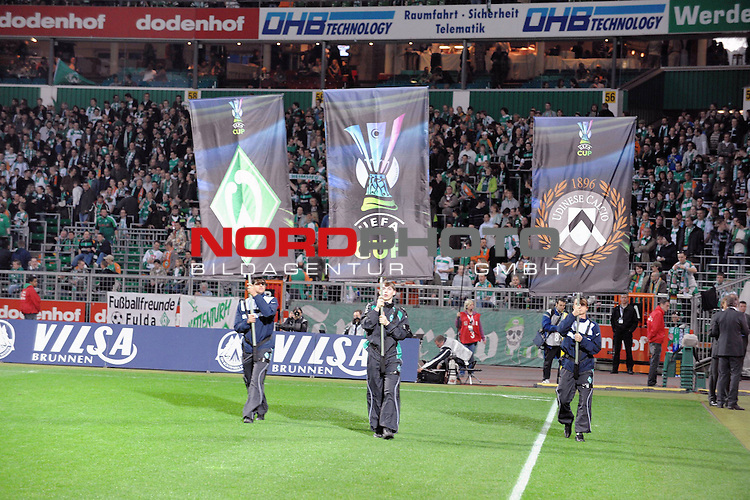UEFA CUP 2008/2009<br /> Viertelfinale 1/4 Weserstadion 09.04.2009<br /> Werder Bremen (GER) - Udinese Calcio (ITA) 3:1 ( 1:0 )<br /> <br /> Einmarsch der Banner mit UEFA Logo<br /> <br /> <br /> Foto &copy; nph (  nordphoto  )