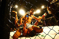 OSASCO, SP, 29.03.2014 - CIRCUITO TALENT MMA - Circuito de MMA Talent em Osasco, zona oeste de São Paulo realizado no ginásio de esportes Geodésico, reúne atletas do MMA nacional e internacional. Destaque para o duelo internacional entre o brasileiro Udi Lima e o americano Tommy Hayden, valendo o título dos leves, e para o combate entre Marcos Babuíno e João Paulo Rodrigues, pelo cinturão dos penas.<br /> Na foto: Diogo Almeida - equipe Rayn Gracie (shorts branco) e Rafael Kratos - vencedor (shorts preto) <br /> (Foto: Aloisio Mauricio / Brazil Photo Press).