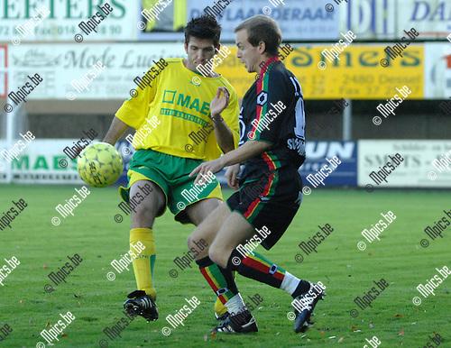 2007-11-11 / Voetbal / K.F.C. Witgoor Sport - K.E.S.K. Leopoldsburg / Sven Meeuwsen van Witgoor (links) en Domien Gijbels van Leopoldsburg in duel..Foto: Maarten Straetemans (SMB)