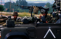 Kacanik / Confine Macedonia - Kosovo / 12 giugno 1999.Per effettuo degli accordi di pace di Kumanovo, le truppe Nato entrano in Kosovo con la funzione di proteggere i civili e permettere il ritorno degli sfollati..Nella foto Gurka nepalesi, reparti speciali dell'esercito britannico, entrano in Kosovo e stabiliscono le prime teste di ponte..Foto Livio Senigalliesi..Kacanik / Makedonia - Kosovo border - 12 June 1999.Nepalese Gurka, british army special forces, move in Kosovo and place the first bridge heads..Photo Livio Senigalliesi