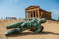 Agrigento, Valle dei Templi, Icaro dello scultore Igor Mitoraj davanti il tempio della Concordia. Foto Fabrizio Villa