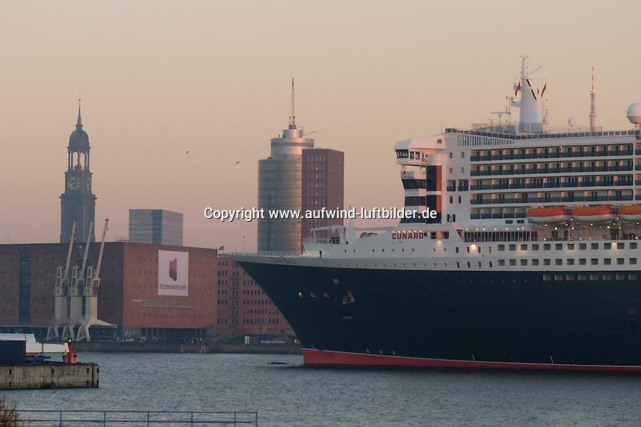 4415/ Queen Mary 2: EUROPA, DEUTSCHLAND, HAMBURG, (EUROPE, GERMANY), 09.11.2005: Am 09.11.2005 besuchte die Queen Mary 2 Hamburg, um bei Blohm & Voss Reparaturen durchzufuehren. Sie ist mit 345 m das groesste Passagierschiff der Welt. Durch zu niedrigen Wasserstand der Elbe, Tiedehafen, musste das Passagierschiff eine Nacht am Strandkai anlegen und auf die naechste Flut warten. Bei Sonnenaufgang ging die kurze Fahrt vorbei an Hamburgs Skyline. Vorbei am Michel, St. Michelis, Kaispeicher A, HTC, Hanseatic Trade Center,