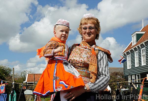 Koningsdag in Marken. Tijdens Koningsdag dragen veel inwoners van Marken klederdracht met oranje accenten