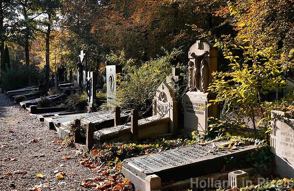 Op 2 november (Allerzielen), de dag dat de R.-K. Kerk de overledenen herdenkt, is er in de kapel van begraafplaats St. Barbara in Utrecht een Eucharistieviering. Na afloop krijgen de misgangers een lichtje mee voor een te bezoeken graf.