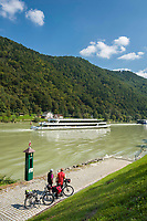 Oesterreich, Oberoesterreich, Engelhartszell: Donauradwanderweg und Donau-Flusskreuzfahrtschiffe | Austria, Upper Austria, Engelhartszell: Danube Bicycle Route and Danube river cruise ships