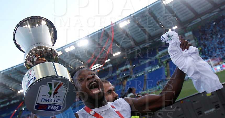 Calcio, finale di Coppa Italia: Roma vs Lazio. Roma, stadio Olimpico, 26 maggio 2013..Lazio midfielder Ogenyi Onazi, of Nigeria, shows the Italian Cup to fans at the end of the football final match between AS Roma and Lazio at Rome's Olympic stadium, 26 May 2013. Lazio won 1-0..UPDATE IMAGES PRESS/Isabella Bonotto....